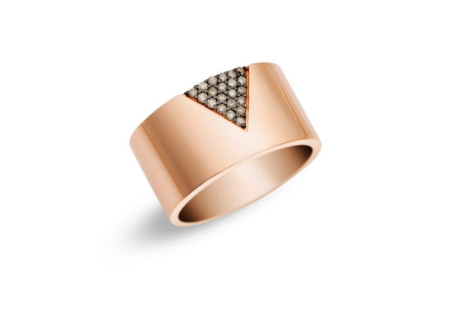 Anel de ouro rosé com diamantes brown. Peça marcante e que pode ser composta com outras joias de estilo minimalista. Sozinho, tem efeito moderno e atual.