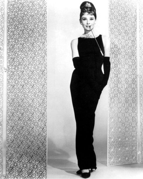 <span>O vestidinho preto Givenchy que Audrey Hepburn usou em 'Breakfast at Tiffany's' é um dos mais icônicos vestidos de todos os tempos. A peça foi leiloada por $900.000 naChristie's em Nova York.</span>