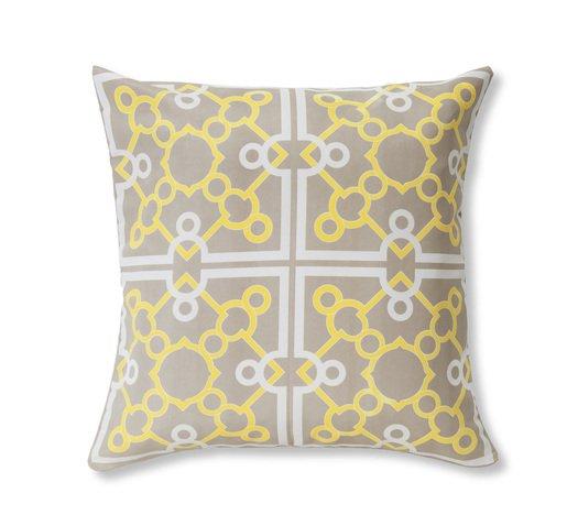 "Capa de almofada Azulejo Geométrico, de poliéster, 45 x 45 cm. <a href=""https://www.etna.com.br/p/capa-para-almofada-de-poliester-azulejo-geometrico-verde-e-cinza-45x45cm/0396999"" target=""_blank"" rel=""noopener"">Etna</a>, R$ 12,99"