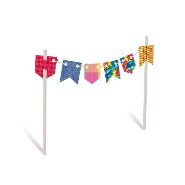 """Kit bandeirinha topo de bolo (21,5 x 11 cm), com duas. <a href=""""https://www.festabox.com.br/produto/39380/kit+bandeirinha+topo+de+bolo+arraia+02+unidades+cromus"""" target=""""_blank"""" rel=""""noopener"""">Festa Box</a>, R$ 19,90"""