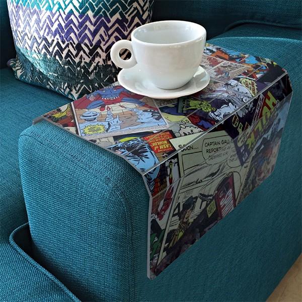 """Bandeja esteira para sofá, de plástico, nas medidas 45 x 30 cm. <a href=""""https://www.artgeek.com.br/diversos/bandeja--esteira-para-sofa-quadrinhos/2403"""" target=""""_blank"""" rel=""""noopener"""">Artgeek</a>, R$ 53,90"""