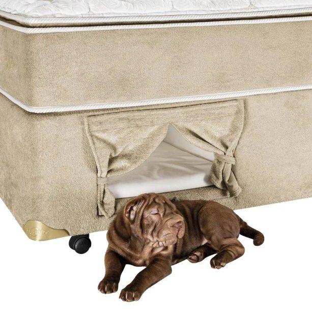 """Box de cama casal Americanflex Pet Love, com nicho (25 x 45 x 55 cm) com prancha e colchão removível para higienização, e cortina com velcro. <a href=""""https://www.americanflex.com.br/box-para-casal-americanflex-pet-love-138-x-188-x-40-cm/p"""" target=""""_blank"""" rel=""""noopener"""">Americanflex</a>, R$ 971,10"""