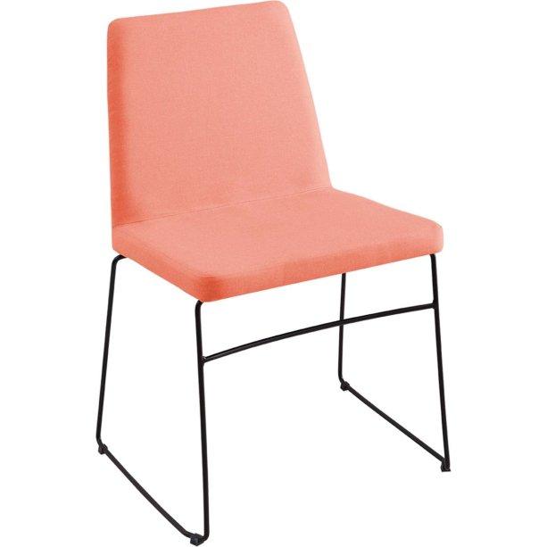 """Cadeira Paris com estofado de linho coral. <a href=""""https://www.walmart.com.br/cadeira-paris-linho-coral/6906045/pr"""" target=""""_blank"""" rel=""""noopener"""">Walmart</a>, R$ 275,99"""