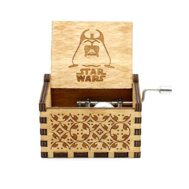 """Caixa de música Star Wars, de madeira (5 x 6 x 4 cm). <a href=""""https://www.toyshow.com.br/colecionaveis/action-figures/caixa-de-musica-star-wars"""" target=""""_blank"""" rel=""""noopener"""">ToyShow</a>, R$ 99,90"""