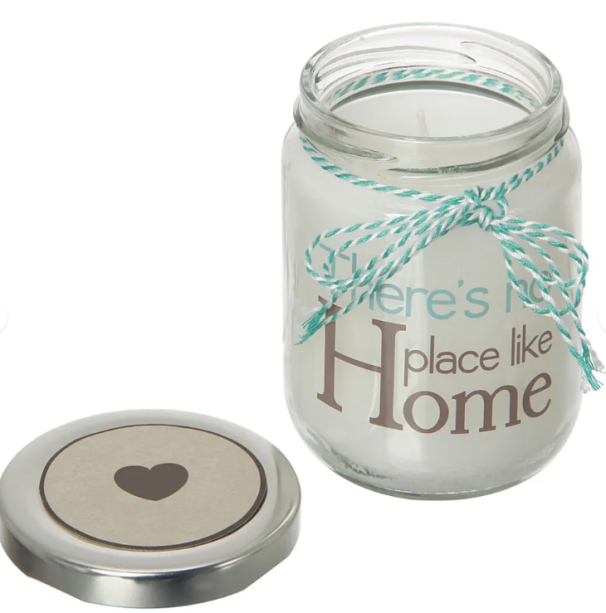 """<span style=""""font-weight:400;"""">Pote com vela perfumada da linha Home Wishes. </span><a href=""""https://www.tokstok.com.br/wishes-vela-perf-pote-betula-4vrd-incolor-zinco-home/p?idsku=335545&gclid=EAIaIQobChMIwbWMqKKn3wIVwwmRCh1hxw-MEAQYBCABEgIgy_D_BwE""""><span style=""""font-weight:400;"""">Tok&Stok</span></a>,<span style=""""font-weight:400;"""">R$ 19,90</span>"""