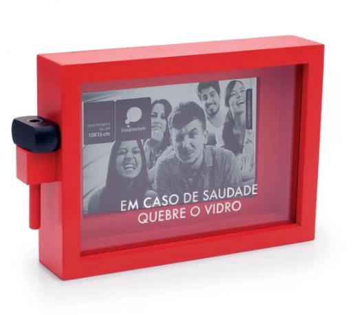 """<span style=""""font-weight:400;"""">Porta-retrato Em Casos de Saudade, de 22 x 15 cm . </span><a href=""""https://loja.imaginarium.com.br/porta-retrato-em-caso-de-saudade/p""""><span style=""""font-weight:400;"""">Imaginarium,</span></a><span style=""""font-weight:400;"""">R$ 69,90</span>"""