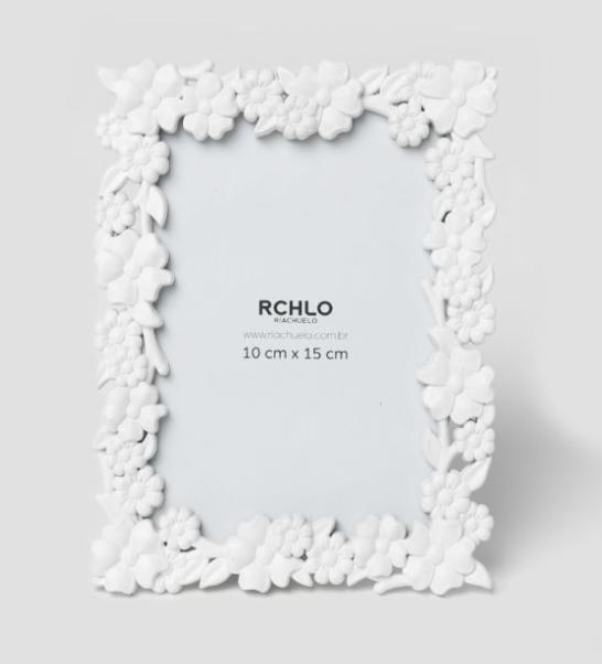 "<span style=""font-weight:400;"">Porta-retrato Flores, de 10 x 15 cm. </span><a href=""https://www.riachuelo.com.br/porta-retrato-flores-10-x-15-cm-11981199001_sku""><span style=""font-weight:400;"">Riachuelo</span></a><span style=""font-weight:400;"">. R$ 15,90 </span>"