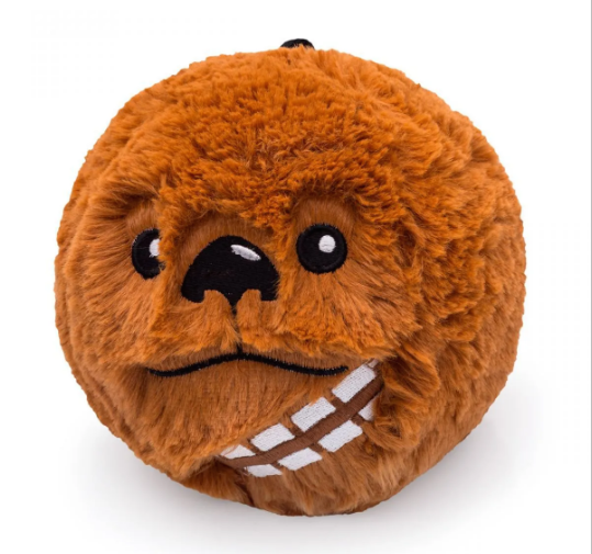 "<span style=""font-weight:400;"">Almofada Star Wars Chewbacca, de 14 cm. </span><a href=""https://loja.imaginarium.com.br/almofada-colecionavel-star-wars-chewbacca/p""><span style=""font-weight:400;"">Imaginarium,</span></a><span style=""font-weight:400;"">R$ 49,90</span>"