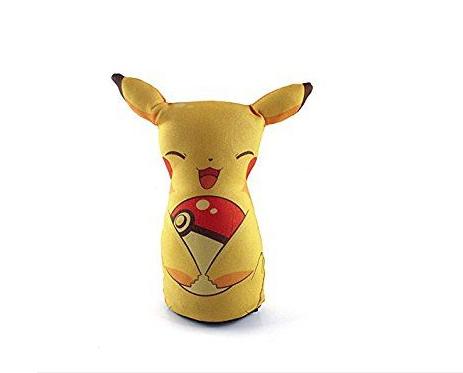 "Peso de porta Pokemon - Pikachu. <a href=""https://www.projetogeek.com.br/decoracao/outros/peso-de-porta-pikachu"">Projeto Geek</a>, R$ 26,52"