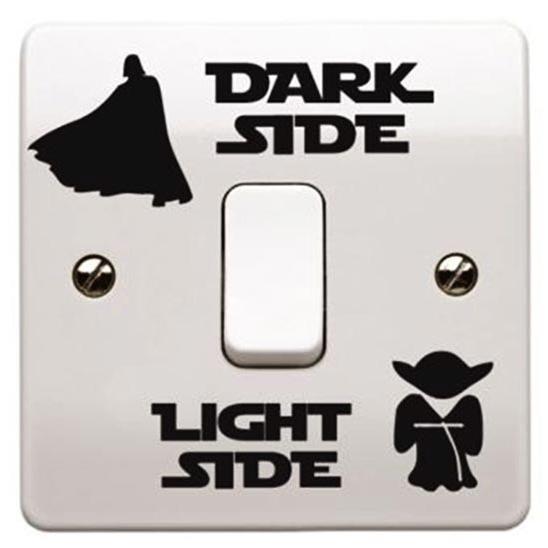 "Adesivo Star Wars - Dark Side/Light Side. <a href=""https://www.quartogeek.com.br/loja/adesivo-dark-side-ligth-side.html"">Quarto Geek</a>, R$ 12,90"
