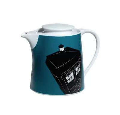 """Bule de Chá Doctor Who - Tardis. <a href=""""https://www.lojamundogeek.com.br/cozinha/bule-cha-tardis-doctor-who"""">Loja Mundo Geek</a>, R$ 109,90"""