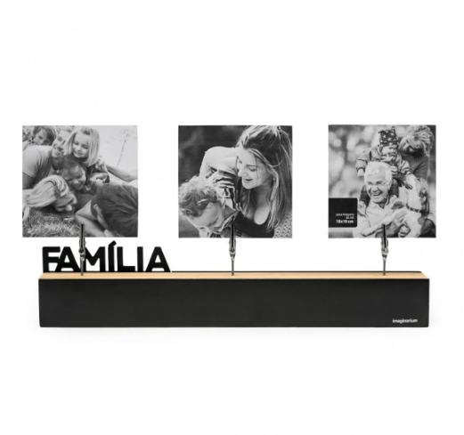 """Porta-retrato com clipes família, nas medidas 34,5 x 7 cm. <a href=""""https://loja.imaginarium.com.br/porta-retrato-com-clipes-familia/p"""" target=""""_blank"""" rel=""""noopener"""">Imaginarium</a>, R$ 69,90"""