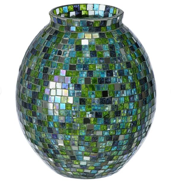 "Vaso Minisaic, confeccionado em vidro, 19 cm. <a href=""https://www.tokstok.com.br/vaso-19-cm-verde-multicor-minisaic/p"" target=""_blank"" rel=""noopener"">Tok&Stok</a>, R$ 95,50"