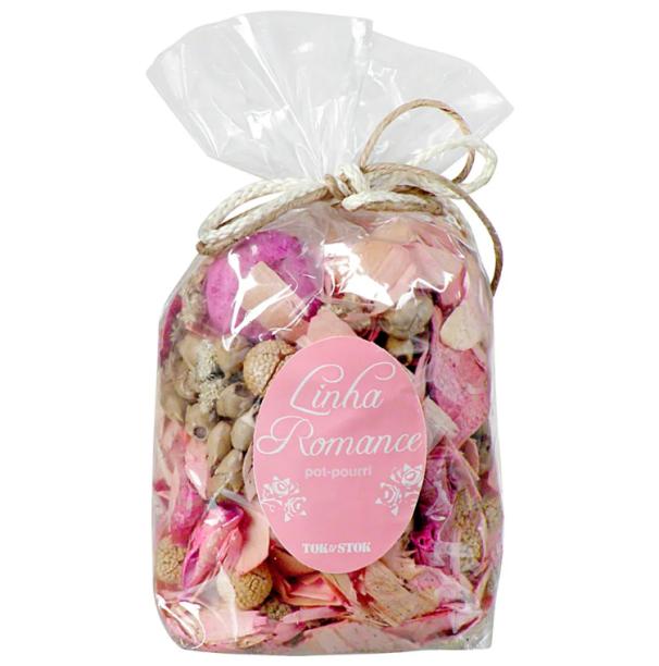 "Pout-pourri Romance, com <span>folhas secas, sementes e essência floral. <a href=""https://www.tokstok.com.br/pot-pourri-bag-rosa-romance/p"" target=""_blank"" rel=""noopener"">Tok&Stok</a>, R$ 62,90</span>"