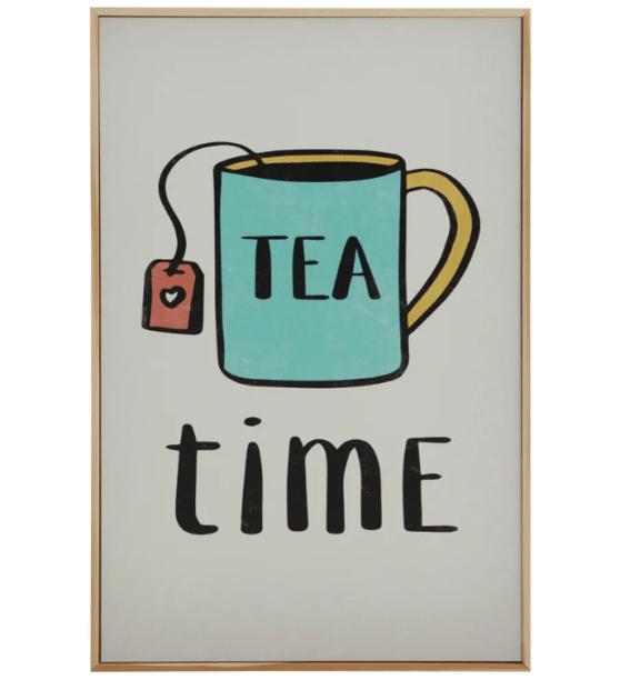 """Quadro em MDF Tea Time, nas medidas 20 x 30 cm. <a href=""""https://www.tokstok.com.br/tea-time-quadro-20-cm-x-30-cm-natural-multicor-tealex/p"""" target=""""_blank"""" rel=""""noopener"""">Tok&Stok</a>, R$ 55,50"""