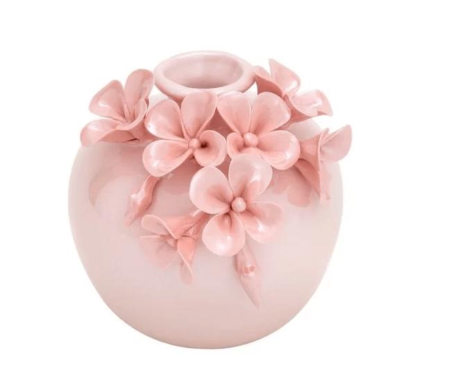 """Vaso Botanic Delicate de porcelana, com 9 cm de altura. <a href=""""https://www.camicado.com.br/p/vaso-botanic-delicate-9-cm-home-style/-/A-000000000000049511-br.lc?sku=000000000000049511"""" target=""""_blank"""" rel=""""noopener"""">Camicado</a>, R$ 59,99"""
