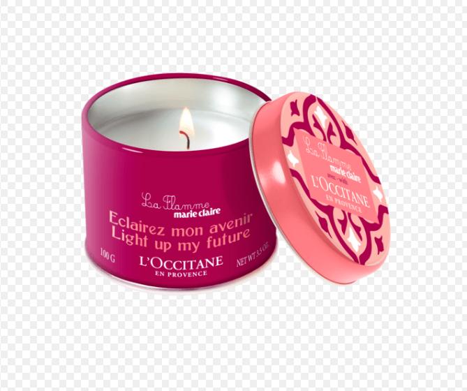 "Vela perfumada La Flamme, com essência floral. <a href=""https://br.loccitane.com/vela-perfumada-la-flamme-marie-claire,43,2,4577,1213121.htm?gclid=EAIaIQobChMI68KA4Kr14QIVxEsNCh0DTQRHEAkYAyABEgK-9fD_BwE"">L'Occitane</a>, R$ 40"