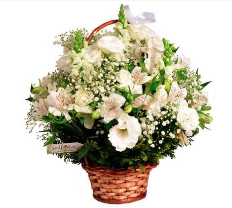 """Cesta de alstroemérias, girassóis, lisiantus e rosas em tons brancos. <a href=""""https://www.uniflores.com.br/flores-cesta-nobile-blanc"""" target=""""_blank"""" rel=""""noopener"""">UniFlores</a>, R$ 147,90"""