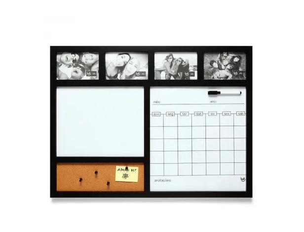 """Porta-retrato de plástico com painel para recados e calendário, nas medidas 68 x 52 cm e para 4 fotos 10 x 15 cm. <a href=""""https://www.ludi.com.br/painel-porta-retrato-calendario-preto/p?idsku=5072&gclid=EAIaIQobChMIlcbEsOPN4gIVxgiRCh0TmAYtEAQYGSABEgLsCPD_BwE"""">Ludi</a>, R$ 159,90"""