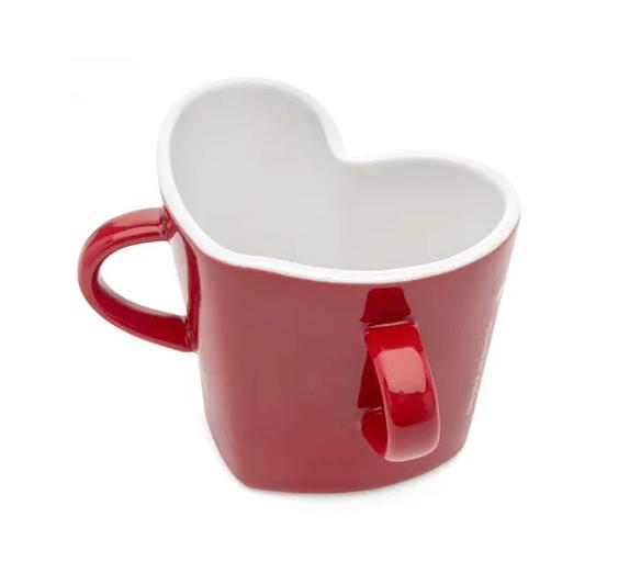"""Caneca de porcelana em formato de coração, com capacidade para 300 ml. <a href=""""https://www.ludi.com.br/caneca-coracao-alca-dupla-amor-e-tudo/p"""">Ludi</a>, R$ 69,90"""