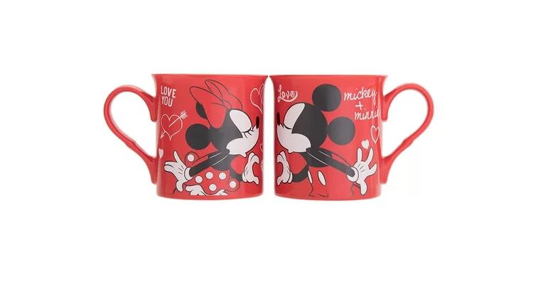 """Jogo de Canecas Mickey e Minnie - I Love You, de porcelana, com capacidade para 325 ml. <a href=""""https://www.camicado.com.br/p/jogo-de-canecas-i-love-you-2-pecas-325ml-home-style/-/A-000000000000045466-br.lc?sku=000000000000045466"""">Camicado</a>, R$ 69,90"""