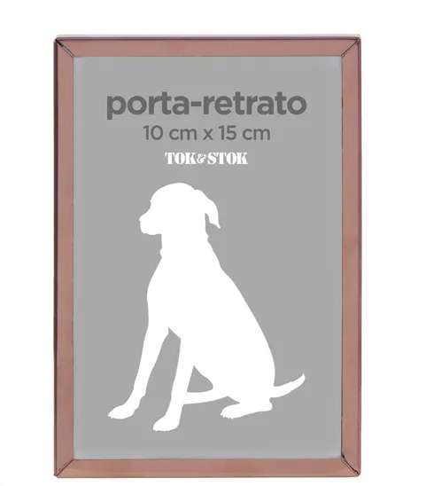 "Porta retrato com moldura de metal nas medidas 10 x 15 cm. <a href=""https://www.tokstok.com.br/porta-retrato-10-cm-x-15-cm-cobre-stylish/p?idsku=391236&gclid=EAIaIQobChMI34jrnuHY5QIVTwmRCh0uzga5EAQYAyABEgJwtvD_BwE"" target=""_blank"" rel=""noopener"">Tok&Stok</a>, R$ 29,90"
