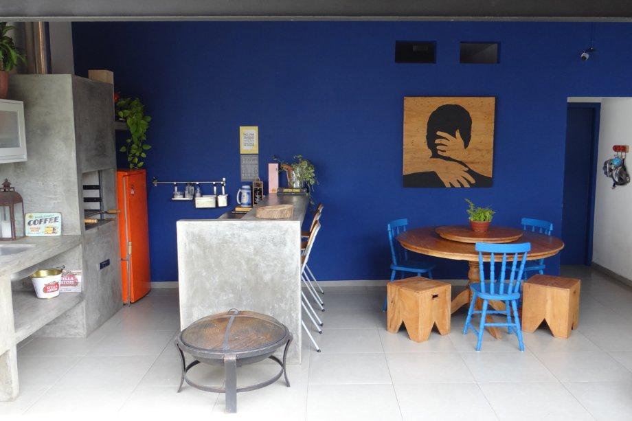 Gostou da paleta de cores que inclui dois tons fortes de azul? Anote as referências: na parede, a cor da tinta é Corredeiras, da Coral (Tintas MC, R$ 138 o galão); e as cadeiras foram pintadas de esmalte Metalatex Eco, no tom Capri SW6788, da Sherwin-Williams (R$ 40). O quadro foi feito em madeira pela própria moradora. Arrasou!