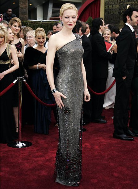 <span>Cate Blanchett arrasou no tapete vermelho do Oscar de 2007 com este vestido Armani Privé que traz cristais Swarovski e custou 200 mil dólares.</span>