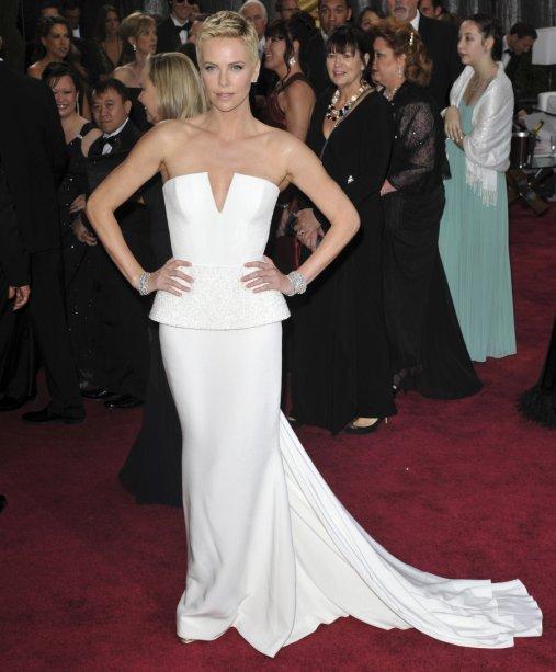 <div class='container simple-text'><div class='row'><div class='col-md-10 offset-md-1'>Charlize Theron usou este vestido Dior no Oscar de 2013. Como se não bastasse o vestido custar 100 mil dólares, a atriz elevou seu valor com as pulseiras de diamante Harry Winston atingindo o total de $4 milhões.</div></div></div><div class='container page-title article-subtitle'></div>
