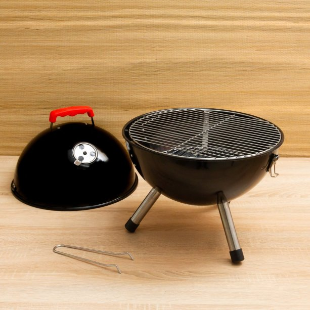 "Churrasqueira míni Style Ball, carvão, de alumínio, 35 x 36 cm. <a href=""https://www.etna.com.br/p/churrasqueira-a-carvao-style-ball-preta-d35x26cm/0414432"" target=""_blank"" rel=""noopener"">Etna</a>, R$ 99,99"