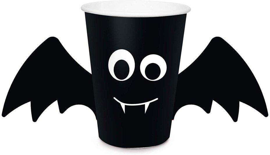 "Copo descartável Morcego com Asas, 240 ml. <a href=""https://www.amazon.com.br/Descart%C3%A1vel-Halloween-Morcego-Pe%C3%A7as-240ml/dp/B07XVNZC96/ref=as_li_ss_tl?__mk_pt_BR=%C3%85M%C3%85%C5%BD%C3%95%C3%91&keywords=halloween&qid=1571923543&sr=8-118&linkCode=ll1&tag=mdemulher02-20&linkId=5757f40787b0426ec3561fafd8b7a1b2"" target=""_blank"" rel=""noopener"">Amazon</a>, R$ 19,90 com oito unidades"