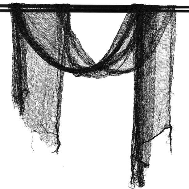 "Cortina preta de poliéster, aproximadamente 2 m. <a href=""https://www.paesepaesfestas.com.br/decoracao-cortina-halloween-7452/p"" target=""_blank"" rel=""noopener"">Paes & Paes</a>, R$ 9,90"