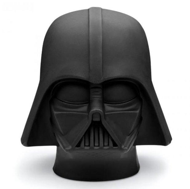 """Luminária de mesa Darth Vader, de polietileno, com 25 cm e altura. <a href=""""https://loja.imaginarium.com.br/luminaria-star-wars-darth-vader/p"""" target=""""_blank"""" rel=""""noopener"""">Imaginarium</a>, R$ 199,90"""