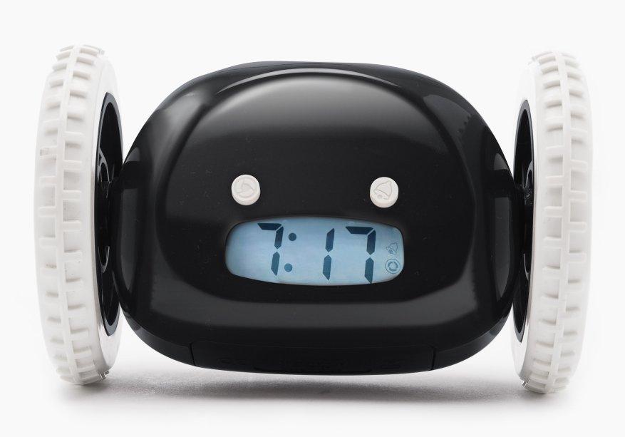 """Relógio Despertador Fugitivo. Ele sai correndo depois de tocar! Mede 16 x 9 cm e funciona com quatro pilhas AAA (não inclusas). <a href=""""https://www.dafiti.com.br/Despertador-Relogio-Fugitivo-Preto-4936044.html?size=%C3%9Anico&gclid=EAIaIQobChMIk-TTkOzh4wIVlgyRCh3PowRcEAQYBSABEgLtcPD_BwE"""" target=""""_blank"""" rel=""""noopener"""">Dafiti</a>, R$ 149,90"""