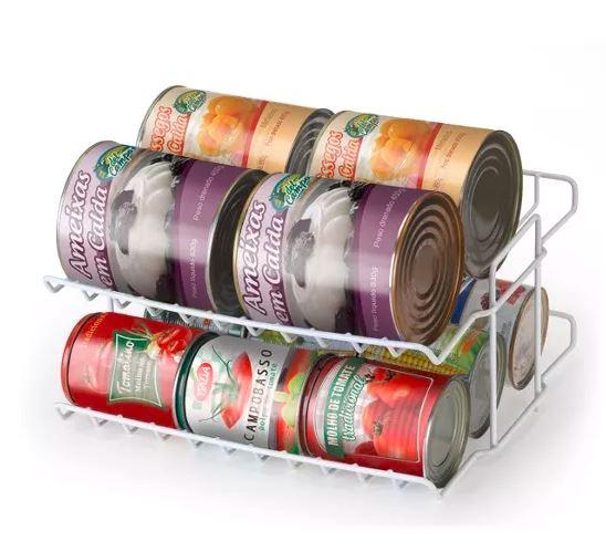 """Suporte para latas de dois andares, emborrachado, da Arthi. Por R$ 31,25 na <a href=""""https://www.doural.com.br/suporte-para-latas-2-andares-emborrachado-arthi-2027/p"""" target=""""_blank"""" rel=""""noopener"""">Doural</a>."""