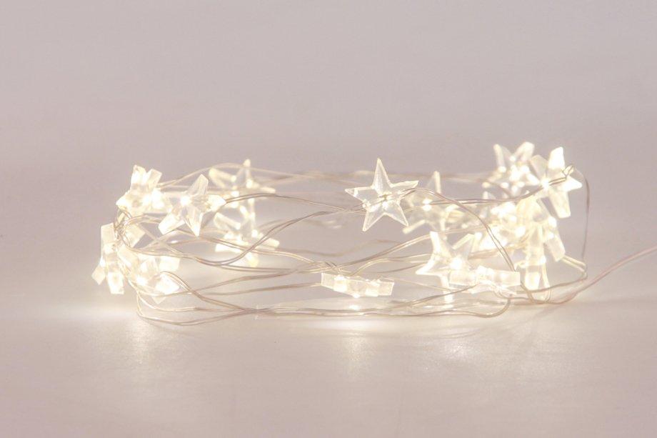 """Fio de luz Estrela, 5 m, com lâmpadas LED, funciona com três pilhas AA. <a href=""""https://lepinpop.com.br/produto/arame-de-luz-estrela/"""" target=""""_blank"""" rel=""""noopener"""">Le PinPop</a>, R$ 55"""