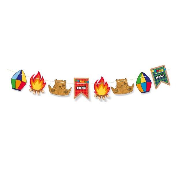 """Faixa decorativa com enfeites de papel e cordão de 2,40 m. <a href=""""https://www.mariachocolate.com.br/festas/festa-junina/faixa-decorativa-arraia-cromus--p"""" target=""""_blank"""" rel=""""noopener"""">Maria Chocolate</a>, R$ 10,90"""