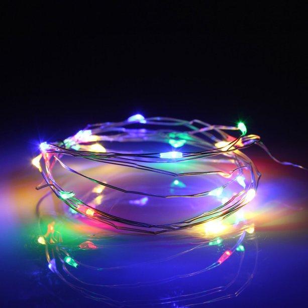 """Fio de fada colorido, de 5 m, com 50 LEDs, funciona com três pilhas AAA. <a href=""""https://www.lojacoisaria.com.br/fio-fada-prata-cobre-colorido-luz-cores-natal-5m-50-leds-pilha-festa-decoracao"""" target=""""_blank"""" rel=""""noopener"""">Coisaria</a>, R$ 17,90"""