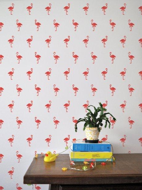 """Kit de adesivos de parede Flamingo. <a href=""""http://www.mirabiledecor.com.br/mesa-lateral-redonda-em-madeira-macica-eucalipto-colec-o-hairpin-elegance-coral00445aaa.html"""" target=""""_blank"""" rel=""""noopener"""">ShopKola</a>, R$ 53"""