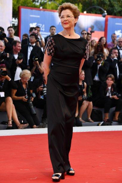 <strong>Annette Bening</strong>de <strong>Giorgio Armani</strong> na première de<span><strong>Downsizing</strong>.</span>