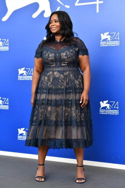 <strong>Octavia Spencer</strong> de <span><strong>Tadashi Shoji</strong> no photocall de <strong>The Shape Of Water</strong>.</span>