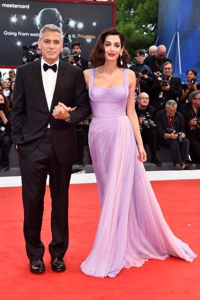 <strong>Amal Clooney</strong> de <strong>Versace</strong> ao lado de <strong>George Clooney</strong> na première de <strong>Suburbicon</strong>.