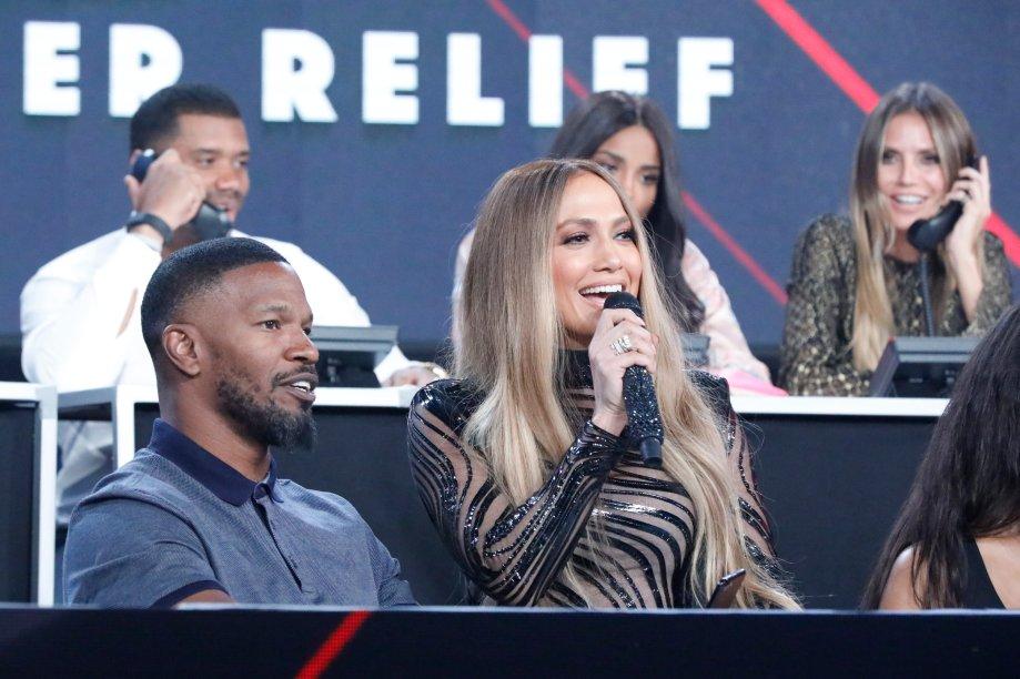 A cantora entrevista o ator nos bastidores do evento beneficente.