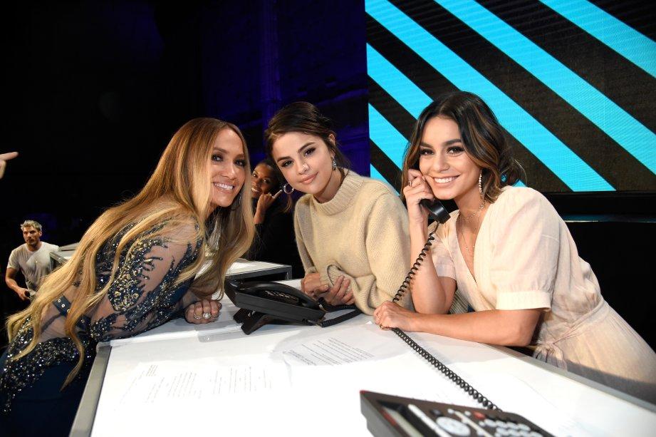 Jennifer Lopez, Selena Gomez e Vanessa Hudgens atendendo os telefonemas dos doadores.