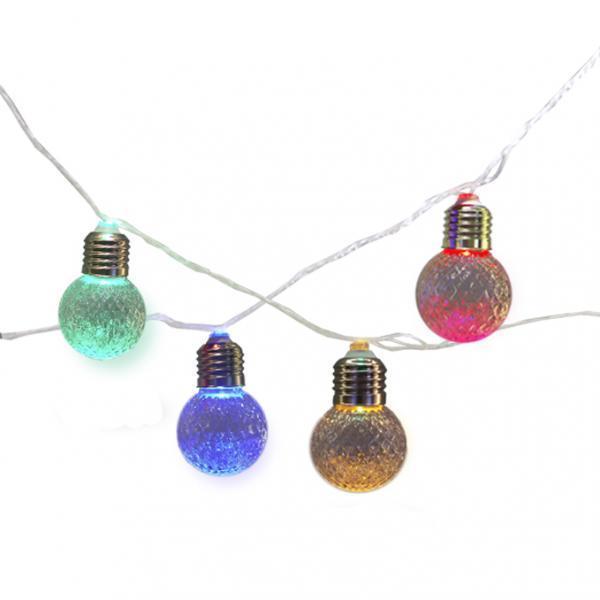 """Cordão de luz com 20 lâmpadas LED de acrílico coloridas, 5 m, com plugue 127 V. <a href=""""https://www.atelierluz.com.br/produto/cordao-de-luz-com-20-lampadas-de-acrilico-cristal-rgby-g50-127v/381"""" target=""""_blank"""" rel=""""noopener"""">Atelier Luz</a>, R$ 67,80"""