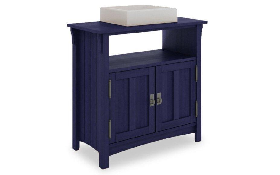 """Armário para pia Mission, da Mão & Formão, de eucalipto reflorestado, 89 x 42 x 85 cm. <a href=""""https://www.ideastore.com.br/produtos/67-3144/armario+de+madeira+para+banheiro+mission+-+balcao+grande+rustico+para+lavabo+cor+azul+escuro+-+89x42x85cm"""" target=""""_blank"""" rel=""""noopener"""">Idea Store</a>, R$ 1057,11"""
