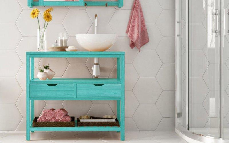 """Bancada para pia Aquiles, da Mão&Formão, de madeira maciça e MDF, nas dimensões 83 x 39 x 75 cm. <a href=""""https://www.ideastore.com.br/produtos/67-1885/bancada+pia+2+gavetas+aquiles+-+gabinete+de+banheiro+madeira+cor+azul+-+83x39x75+cm"""" target=""""_blank"""" rel=""""noopener"""">Idea Store</a>, R$ 616,95"""