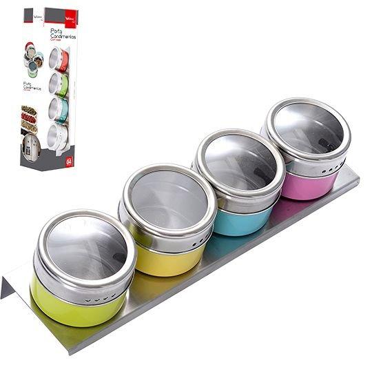 """Porta-tempero Aço Inox com Imã Colorido, com quatro potes de 6,3 x 4,5 cm. <a href=""""https://www.donnacoisinha.com.br/tempero-aco-inox-com-ima-colorido"""" target=""""_blank"""" rel=""""noopener"""">Donna Coisinha</a>, R$ 43,90"""