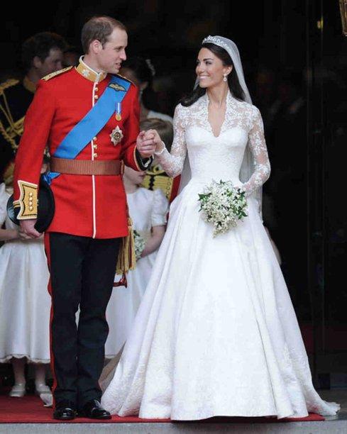 <span>O vestido de casamento de Kate Middleton foi feito sob medido por Sarah Burton, da grife Alexander McQueen's.</span>Com bordados de renda delicada, este vestido inspirou muitas réplicas modernas, especialmente para outros casamentos de conto de fadas.