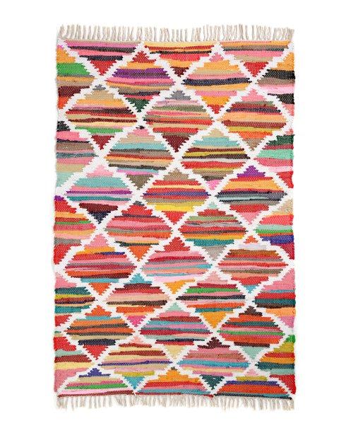 """Tapete Kilim Color, de algodão, 1,20 x 1,80 m. <a href=""""https://www.riachuelo.com.br/tapete-kilim-color-120x180cm-13000861001_sku"""" target=""""_blank"""" rel=""""noopener"""">Riachuelo</a>, R$ 599,90"""